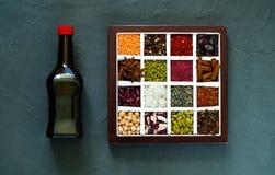 Il concetto dei prodotti biologici e delle spezie dei cereali su fondo concreto scuro, spazio della copia, primo piano, vista sup Fotografie Stock Libere da Diritti