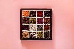 Il concetto dei prodotti biologici e delle spezie dei cereali su fondo rosa, spazio della copia, primo piano, vista superiore Immagine Stock Libera da Diritti