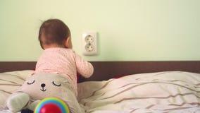 Il concetto del bambino nei craewls del bambino del bambino del pericolo alle mani elevtric di fimgers dello sbocco dell'incavo t video d archivio
