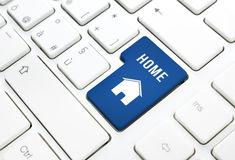 Il concetto del bene immobile domestico o, casa blu entra nel bottone o chiude a chiave su una tastiera