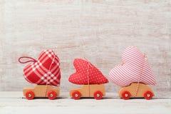 Il concetto del giorno del ` s del biglietto di S. Valentino con l'automobile del giocattolo ed il cuore modellano Fotografia Stock Libera da Diritti
