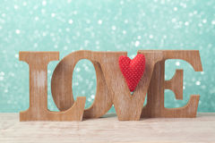 Il concetto del giorno del ` s del biglietto di S. Valentino con le lettere di legno amano e la forma del cuore sopra il fondo de Immagine Stock