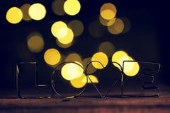Il concetto del giorno del ` s del biglietto di S. Valentino o di amore con metallo segna l'AMORE con lettere su un corteggiare Fotografia Stock Libera da Diritti