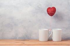 Il concetto del giorno di biglietti di S. Valentino con le tazze di caffè ed il cuore modellano il pallone Fotografia Stock Libera da Diritti