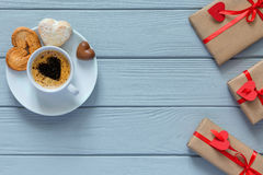 Il concetto del giorno di biglietti di S. Valentino ha avvolto il caffè dei regali con le caramelle su legno Fotografie Stock Libere da Diritti