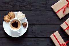 Il concetto del giorno di biglietti di S. Valentino ha avvolto il caffè dei regali con le caramelle su legno Fotografia Stock Libera da Diritti