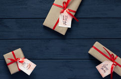 Il concetto del giorno di biglietti di S. Valentino ha decorato i contenitori di regalo su legno nero Immagine Stock Libera da Diritti