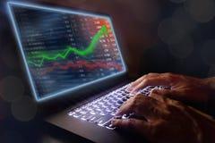 Il concetto del mercato azionario e di investimento guadagna e profitti con i grafici sbiaditi del candeliere fotografia stock