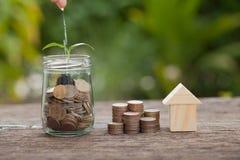Il concetto del risparmio finanziario per comprare una casa Immagini Stock