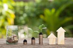Il concetto del risparmio finanziario per comprare una casa Immagini Stock Libere da Diritti