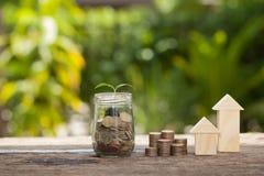 Il concetto del risparmio finanziario per comprare una casa Fotografie Stock Libere da Diritti