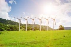 Il concetto dell'energia alternativa con i mulini a vento Immagine Stock