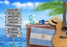 Il concetto dell'estate che viaggiano con la vecchia valigia e la città dell'Argentina firmano Fotografie Stock Libere da Diritti