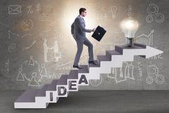 Il concetto dell'idea con le scale rampicanti di punti dell'uomo d'affari Fotografia Stock
