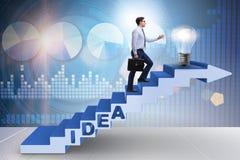 Il concetto dell'idea con le scale rampicanti di punti dell'uomo d'affari Fotografie Stock Libere da Diritti