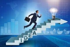 Il concetto dell'idea con le scale rampicanti di punti dell'uomo d'affari Fotografie Stock