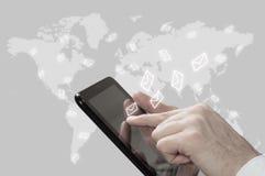 Il concetto dell'introduzione sul mercato del email L'uomo d'affari fa l'invio dei email dalla vostra compressa Fotografia Stock
