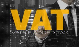 Il concetto dell'IVA è indicato dall'uomo d'affari royalty illustrazione gratis