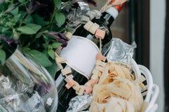 Il concetto della bottiglia di vino, del vetro vuoto e dei fiori Fotografia Stock