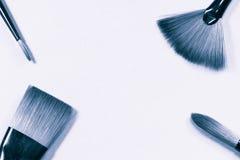Il concetto della pittura a olio spazzola la vista superiore su fondo in bianco e nero Fotografie Stock