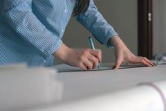 Il concetto della preparazione dell'architettura del disegno della costruzione, mani del ` s delle donne con la matita e righello Immagine Stock