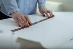 Il concetto della preparazione dell'architettura del disegno della costruzione, mani del ` s delle donne con la matita e righello Immagine Stock Libera da Diritti
