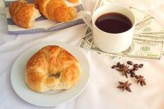 Il concetto della prima colazione di mattina, della tazza di caffè e dei soldi su wh Fotografia Stock Libera da Diritti