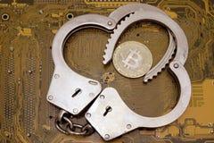 Il concetto della violazione della legge nell'attacco del pirata informatico di sphereor di cripto-valuta Bitcoin nella polizia a fotografia stock libera da diritti