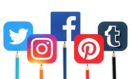 Il concetto delle icone sociali popolari di media con colore disegna a matita Immagine Stock