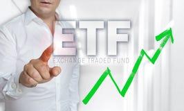 Il concetto dello schermo attivabile al tatto di ETF è azionato dall'uomo fotografia stock libera da diritti