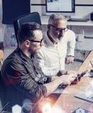 Il concetto dello schermo digitale, icona del collegamento virtuale, diagramma, grafico collega Uomo d'affari adulto che collabor Fotografia Stock