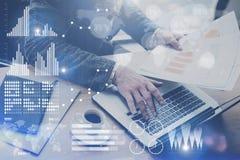 Il concetto dello schermo digitale, icona del collegamento virtuale, diagramma, grafico collega Uomo d'affari che lavora all'uffi fotografie stock libere da diritti