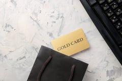 Il concetto di acquisto online Composizione con le carte di sconto e sacchetto della spesa su un fondo leggero immagini stock