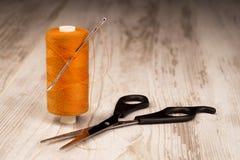 Il concetto di adattamento, accessori di sartoria su un BAC della luce fotografia stock libera da diritti