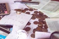Il concetto di affari con le monete, il calendario di termine, il calcolatore, la carta di credito ed il conto contano Immagine Stock