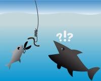 Il concetto di affari, piccole forbici di uso del pesce ha tagliato un gancio per il verme Fotografie Stock Libere da Diritti