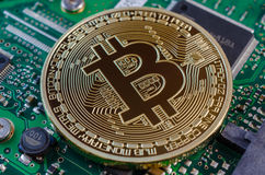 Il concetto di Bitcoin gradisce un chip di computer sulla scheda madre Immagine Stock Libera da Diritti