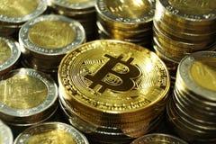 Il concetto di Bitcoin, pila del bitcoin con il gruppo differente di moneta impila il fondo Immagini Stock