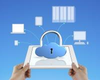 Il concetto di calcolo di sicurezza della nuvola, fissa la compressa Immagini Stock
