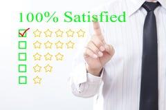 Il concetto di clic dell'uomo d'affari messaggio soddisfatto 100 per cento, cinque va Fotografia Stock