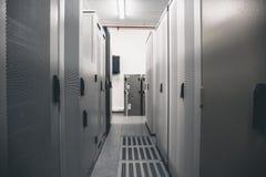 Il concetto di comunicazioni della rete della stanza del server, il centro dati, l'hardware del server ragruppa per la rete inter Fotografia Stock Libera da Diritti