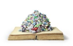 Il concetto di conoscenza inutile Mucchio dell'immondizia sul libro aperto immagine stock libera da diritti