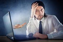 Il concetto di e-banking, uomo d'affari sta chiedendo per pagare i soldi immagine stock
