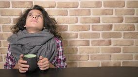 Il concetto di febbre stagionale Ragazzo malato dell'adolescente che tiene una tazza della bevanda calda Adolescente infelice con archivi video