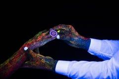 Il concetto di fotografia creativa di collegamento di nozze delle mani in palme maschii e femminili della luce al neon tiene insi immagini stock