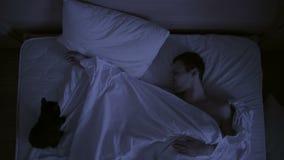 Il concetto di insonnia, i tiri delle coppie nel suo dorme, una vista superiore stock footage