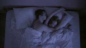 Il concetto di insonnia, i tiri delle coppie nel suo dorme, una vista superiore video d archivio