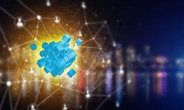 Il concetto di Internet e la rete con il cubo digitale dipendono il fondo scuro Immagini Stock