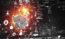 Il concetto di Internet e la rete con il cubo digitale dipendono il fondo scuro Fotografia Stock