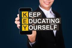 Il concetto di istruzione, testo felice di Show della donna di affari tiene, istruendo fotografie stock